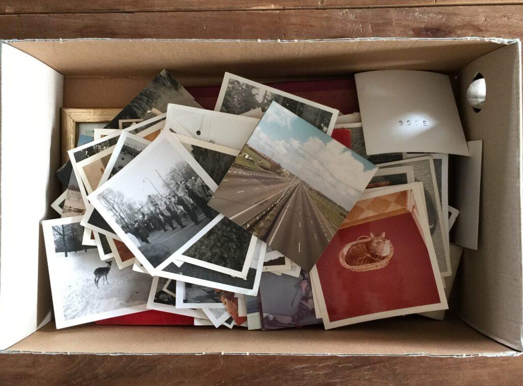doos met losse foto's